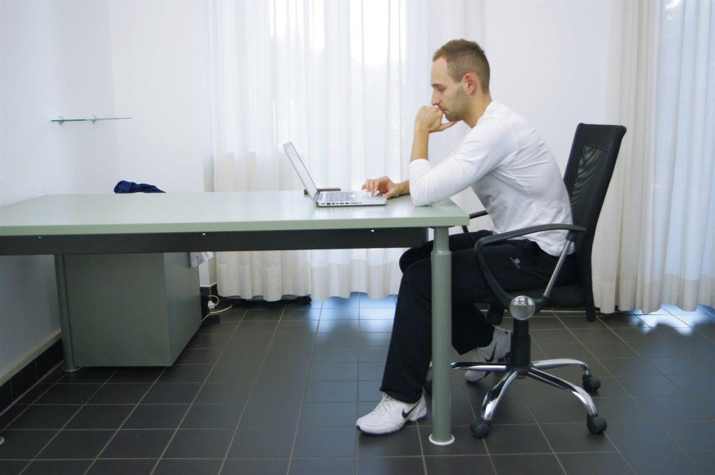 Posizione Scrivania Ufficio : Come sedersi correttamente alla scrivania fisiomedticino